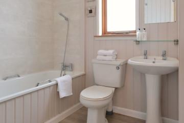Drumcroy Lodges bathroom